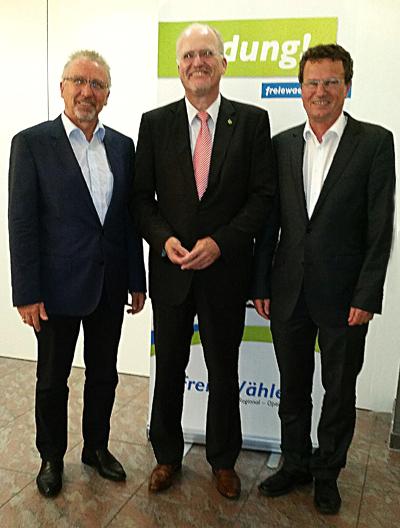 Der Landesvorsitzende Wolfgang Faißt, umrahmt vom Kreisvorsitzenden Karl-Heinz Balzer (links) und dem Fraktionsvorsitzenden im Kreistag Rainer Gessler, am Rande der Ludwigsburger Freie-Wähler-Tagung.